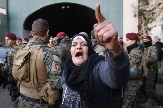 [베이루트=AP/뉴시스] 지난 1월 3일(현지시간)  레바논 베이루트 북부 나흐르 엘 칼브 마을에서 레베논 병사들이 베이루트와  레바논 북부를 연결하는 주요 고속도로를 막고 시위를 벌이던 시위대를 해산한 후 도로를 개통하는 가운데 한 반정부 시위 여성이 구호를 외치고 있다. 2020.01.03.