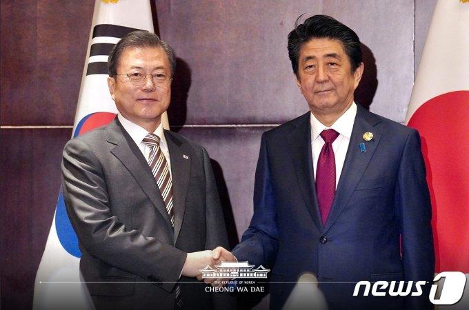 문재인 대통령과 아베 신조 일본 총리가 지난해 12월 24일 중국 쓰촨성 청두 샹그릴라 호텔에서 열린 한일 정상회담에 앞서 악수하고 있다.(청와대 제공) /사진=뉴스1