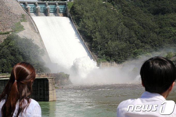 5일 소양강댐이 수문을 개방한다. 지난 2017년 8월25일 강원 춘천시 소양강댐이 수문을 열고 물을 방류하고 있다. (뉴스1 DB)
