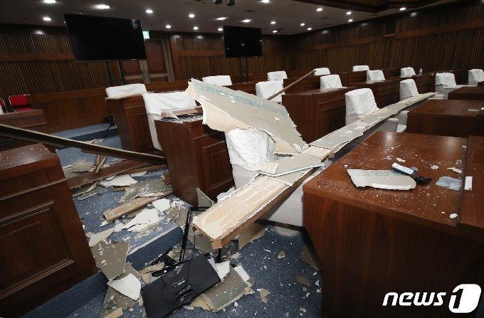 5일 울산시의회 의사당 본회의장의 천장 일부가 무너져 목재 마감재 등이 쏟아져 있다. 울산시의회에 따르면 지난 3일 사고가 발생했고, 사고 당시 회기 중이 아니여서 본회의가 열리지 않아 인명피해는 없었다. 2020.8.5/뉴스1 © News1 윤일지 기자