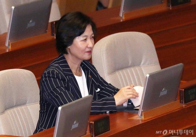 추미애 법무부 장관이 30일 오후 서울 여의도 국회에서 열린 본회의에 참석해 있다. / 사진=김휘선 기자 hwijpg@