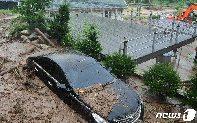 연일 집우호우가 쏟아진 5일 강원 화천 사내면에서 차량 한 대가 토사에 묻혀있다.(화천군 제공)2020.8.5/뉴스1 © News1 김정호 기자