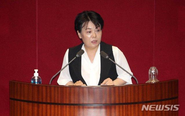 윤희숙 미래통합당 의원이 지난 30일 오후 서울 여의도 국회에서 열린 본회의에서 발언하고 있다/사진=뉴시스