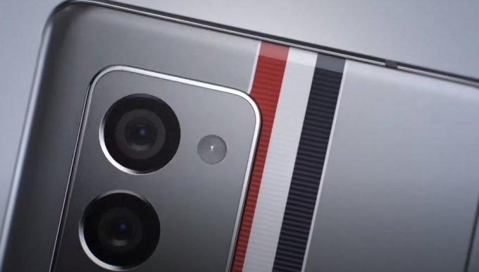 갤럭시Z 폴드2 톰브라운 에디션 제품 뒷면