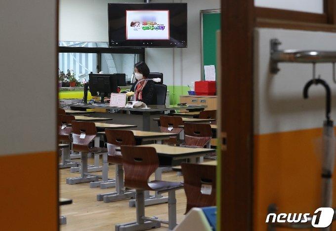스승의날인 지난 5월15일 서울 소재 한 초등학교 교실에서 선생님이 수업 준비를 하고 있다./뉴스1 © News1