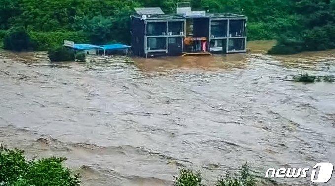 5일 철원 한탄강이 폭우로 범람하면서 인근의 동송읍 이길리와 갈말읍 정연리 마을 전체가 순식간에 물바다로 변했다. 사진은 갈말읍 순담계곡 인근 모습.(독자제공) 2020.8.5/뉴스1