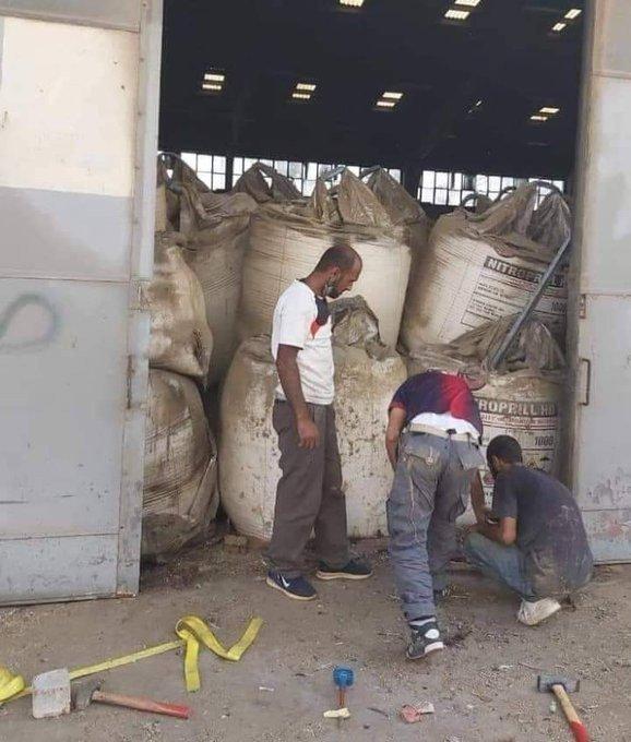 레바논 베이루트의 질산암모늄 창고에서 작업자들이 용접을 하고 있다. - 트위터 갈무리