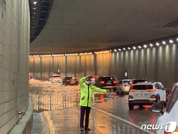 부분침수된 수원시 권선구 세류지하차도를 경찰이 통제하고 있다. © 뉴스1