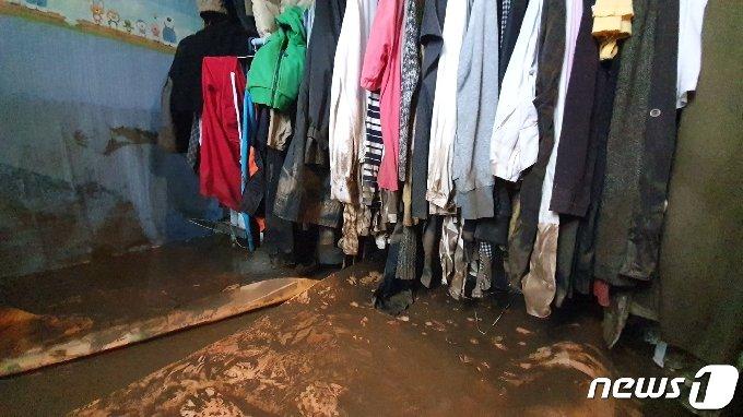 엿새째 철원지역에 최대 700㎜에 육박하는 폭우가 쏟아진 6일 강원도 철원군 김화읍 생창리 주민들이 침수로 파손된 가구와 가재도구를 정리하고 있다. 2020.8.6/뉴스1 © News1 황덕현 기자