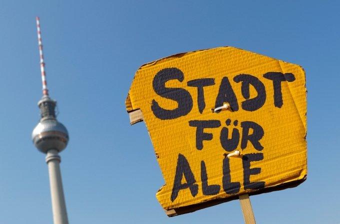 독일 베를린에서 지난해 4월 열린 '주거난' 관련 시위에 등장한 '모두를 위한 도시'라는 내용의 피켓/사진=로이터