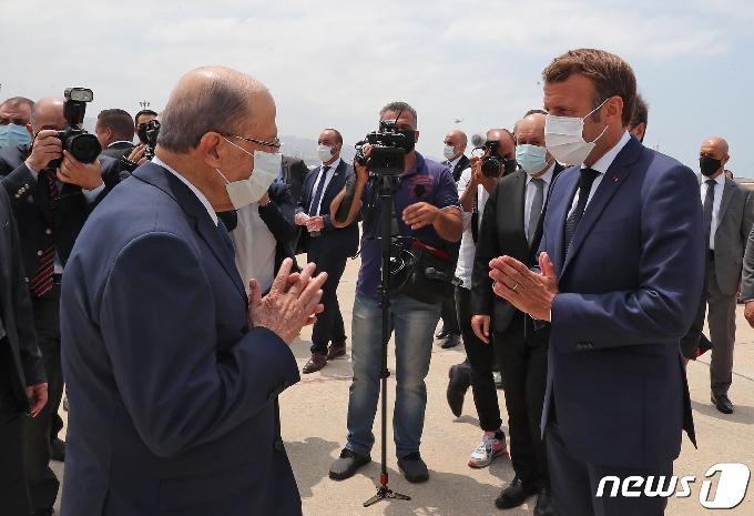 [사진] 아운 레바논 대통령과 합장인사하는 마크롱