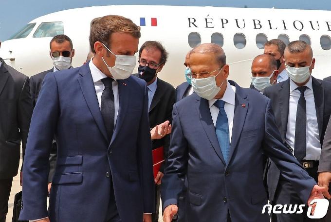 [사진] 공항서 아운 레바논 대통령 영접받는 마크롱