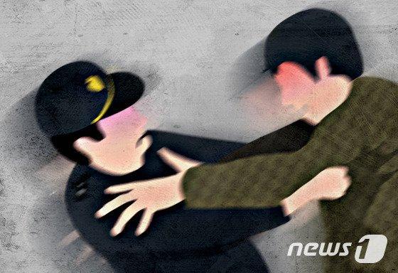 끊임없는 경비원 갑질 논란…CCTV 가리고 웃옷 벗고 위협