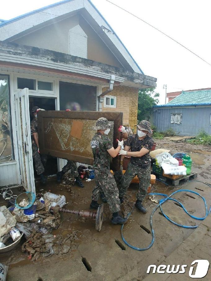 [사진] 침수피해 복구 작업 펼치는 장병들