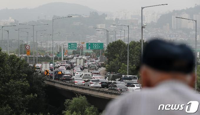 [사진] 강변북로 정체 극심...'대중교통 이용하세요'