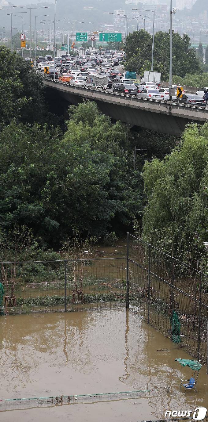 [사진] 물에 잠긴 한강공원, 교통정체 극심
