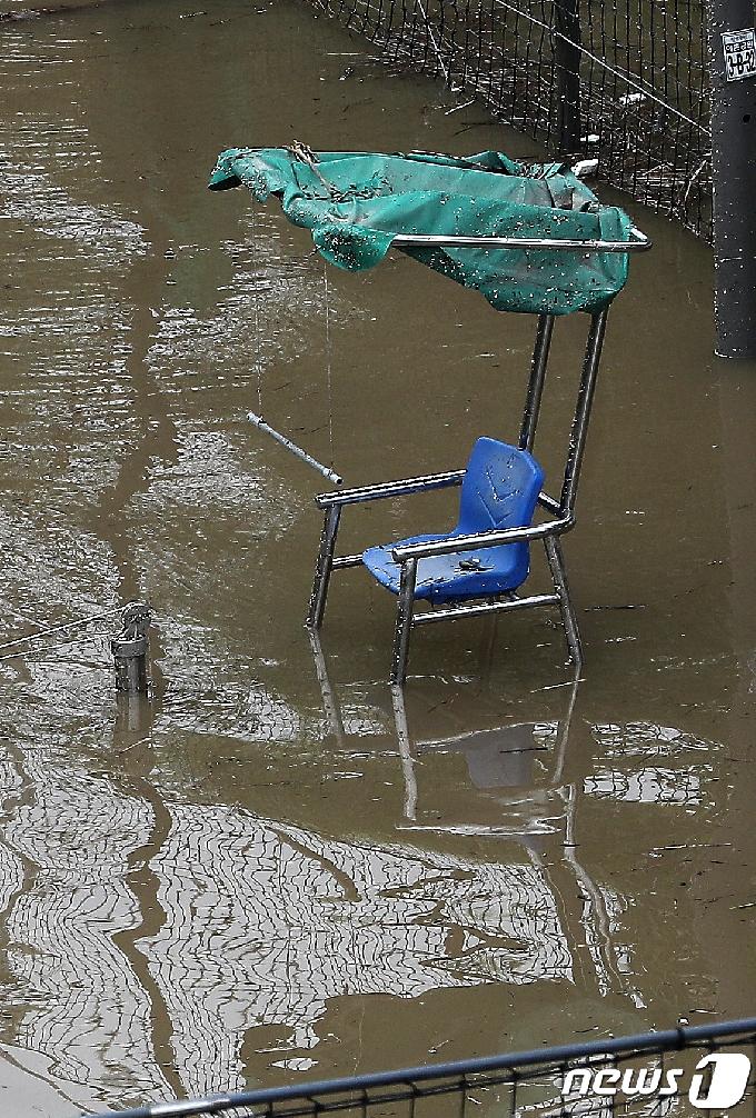[사진] 물에 잠긴 테니스장