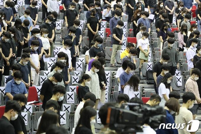 [사진] '2020 젊은의사 단체행동' 묵념하는 전공의