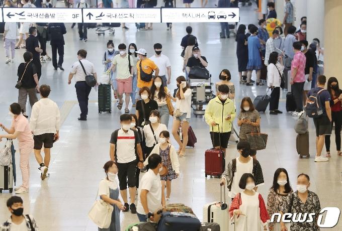 [사진] 북적이는 제주국제공항 국내선 도착장
