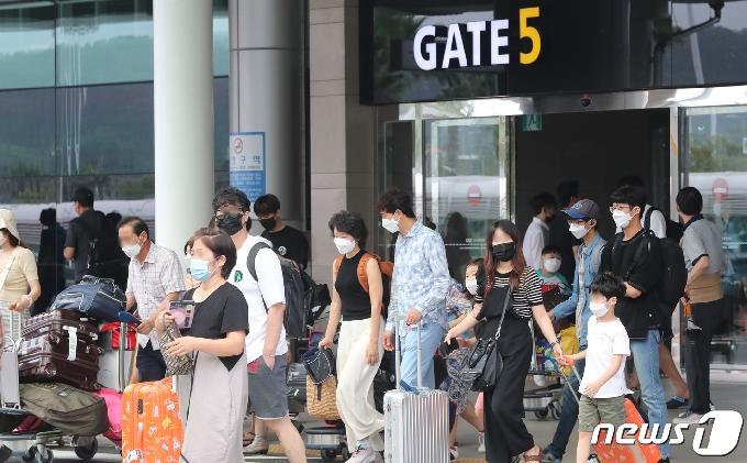 [사진] 본격적인 성수기, 붐비는 제주공항