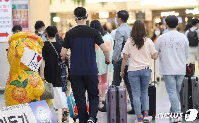 [사진] 내국인 관광객으로 붐비는 제주공항