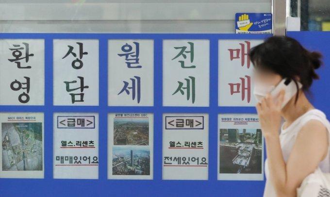 부가 '8.4 주택공급대책'을 통해 서울 재건축·재개발 관련 규제를 조건부로 완화하기로 결정하면서 강남권 정비사업 추진에 대한 기대감이 높아지고 있는 가운데 4일 오후 송파구의 한 부동산 앞으로 한 시민이 지나가고 있다./사진제공=뉴스1