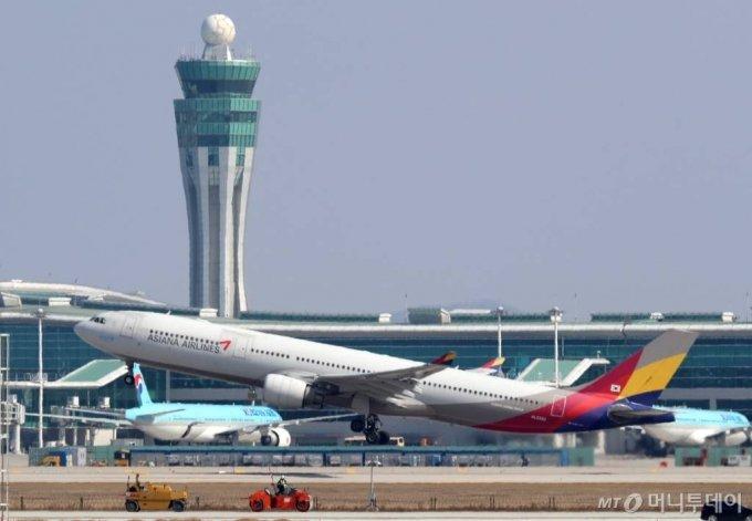 코로나19의 영향으로 한국인의 입국 제한 등 금지하는 나라가 늘어가고 있는 가운데 2일 인천국제공항에서 아시아나항공 항공기가 이륙하고 있다. / 사진=인천=이기범 기자 leekb@