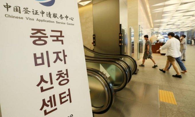 중국 정부가 5일부터 취업이나 유학 목적, 유효한 거류증을 가진 한국인들의 비자 발급을 확대하기로 밝힌 가운데 이날 오후 시민들이 중구 서울스퀘어에 마련된 중국비자신청센터 앞을 지나고 있다.. / 사진=김휘선 기자 hwijpg@