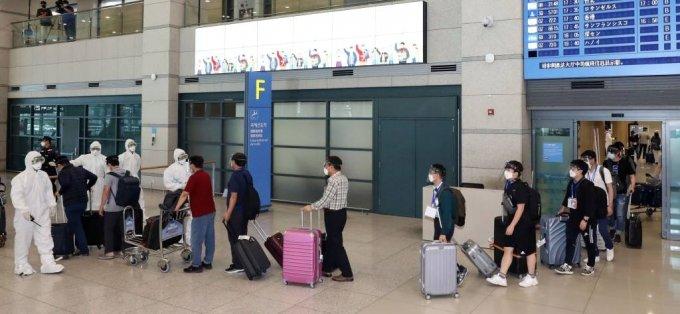 [인천공항=뉴시스] 박미소 기자 = 이라크 건설 현장 파견 근로자들이 31일 오전 인천국제공항 1터미널을 통해 귀국하고 있다. 2020.07.31.    misocamera@newsis.com