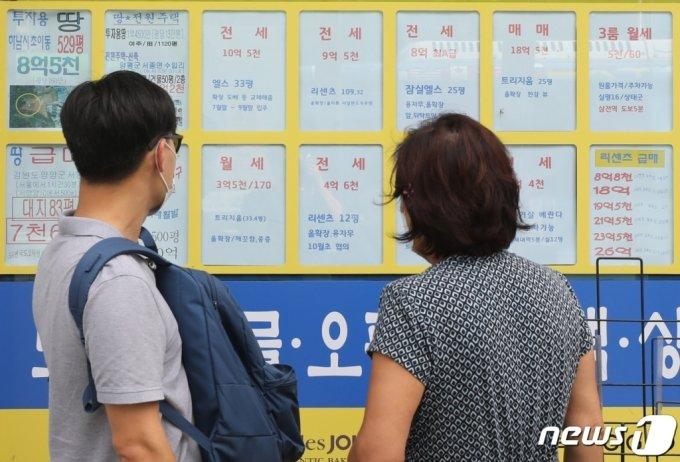 서울 시내 한 중개업소에 전월세 매물 안내문이 붙어 있다. /사진제공=뉴스1