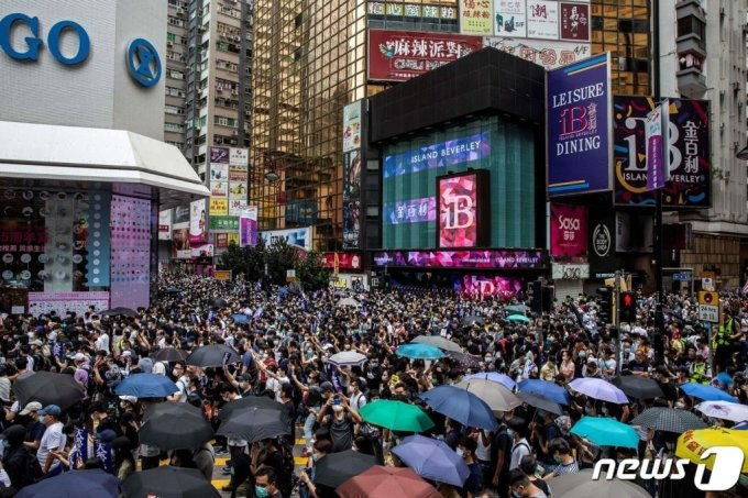 (AFP=뉴스1) = 5월24일(현지시간) 홍콩 코즈웨이베이 지역에서 홍콩 시민들이 중국 정부의 '홍콩 국가보안법' 제정 추진 반대 시위를 벌이고 있다.  ⓒ AFP=뉴스1