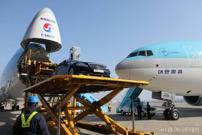대한항공 기술진들이 세계 최대 상용 화물기 B747-8F에서 고급 승용차를 이용해 하역 시연을 하고 있다. / 사진제공=자료