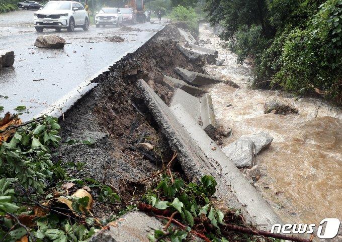 지난 2일 오후 충북 충주시 산척면 한 도로가 빗물로 무너져 내렸다. 2020.8.2/뉴스1 © News1 김용빈 기자