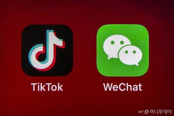 [베이징=AP/뉴시스] 도널드 트럼프 미국 대통령이 6일(현지시간) 틱톡과 위챗 모회사와의 거래금지를 9월 15일부터 개시하는 행정명령에 서명했다. 사진은 중국 베이징의 한 휴대전화 화면에 나타나 있는 틱톡과 위챗 애플리케이션 아이콘. 2020.08.07