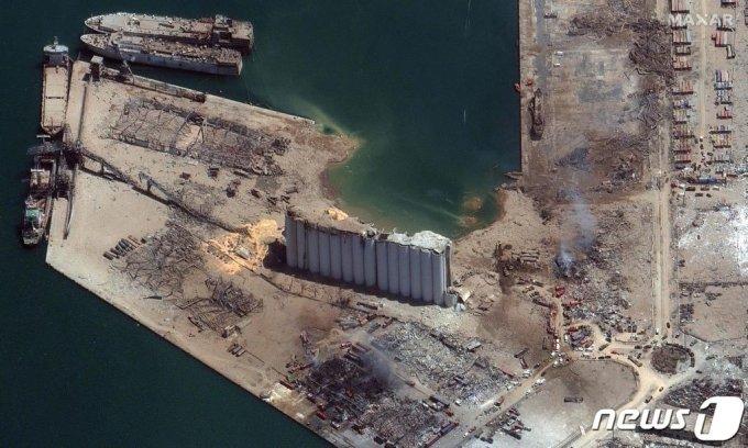 5일(현지시간) 레바논 수도 베이루트 항구 창고에 보관돼 있던 인화성 물질 질산암모늄의 두차례 대규모 폭발로 잔해만 남은 항구 주변의 모습./사진=(AFP=뉴스1)