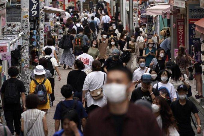 일본 수도 도쿄도가 신종 코로나바이러스 감염증(코로나19) 제2파의 진원지가 되고 있는 가운데 3일 시내 쇼핑가에 마스크를 착용한 인파가 몰려 인산인해를 이루고 있다. 2020.07.05/사진=[도쿄=AP/뉴시스]