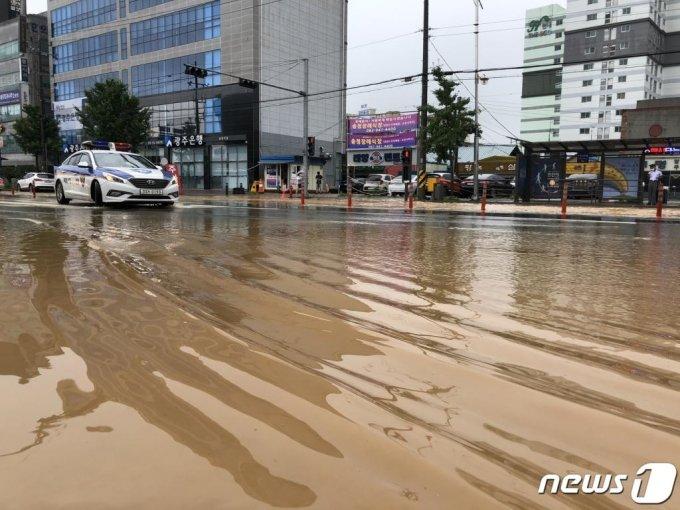 (광주=뉴스1) 한산 기자 = 8일 오후 광주 광산구 송정동 광주송정역 앞 도로에서 경찰차가 물에 잠긴 도로를 달리고 있다. 2020.8.8/뉴스1