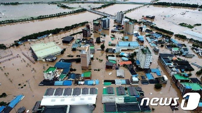 8일 오후 전남 구례군 구례읍 시가지가 범람한 강물에 잠겨 있다.구례지역은 5일부터 8일 오후 1시까지 541㎜의 강우량이 측정됐다.(구례군 제공)2020.8.8/뉴스1 © News1 지정운 기자