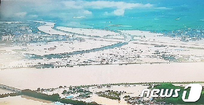 8일 오후 3시경 전남 구례군 구례읍 양정뜰과 문척면 일대가 쏟아진 폭우에 침수돼 물바다를 이뤘다.구례읍 서시천제방이 무너지면서 양정뜰과 버스터미널, 5일시장 등 구례읍 일원이 침수됐다.(독자제공)2020.8.8/ © News1 서순규 기자