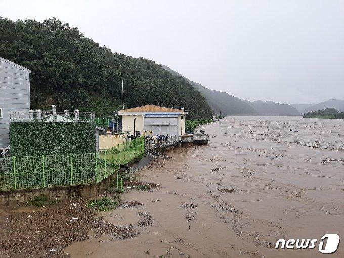 전북 용담댐 방류로 충북 영동군에 이어 옥천군도 4개면주민들에게 대피령을 내렸다. (독자제공)© 뉴스1