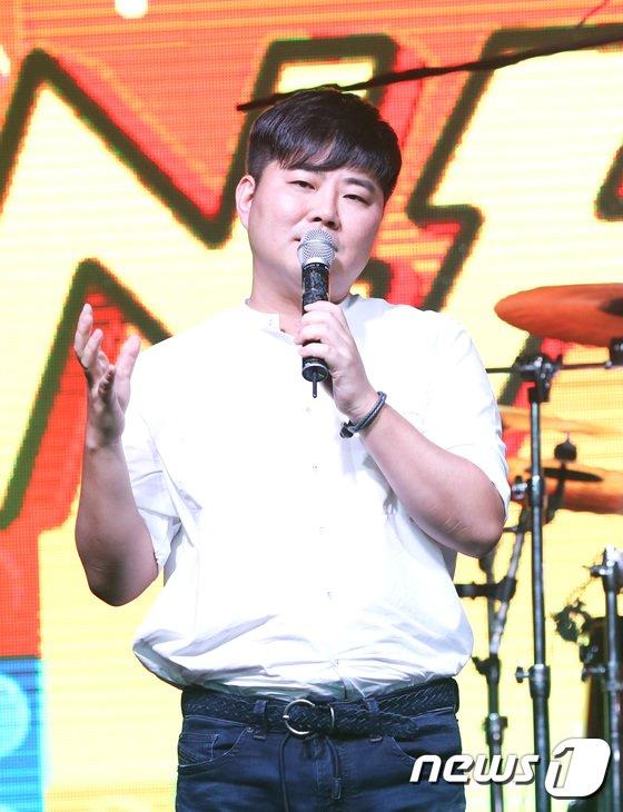 FNC 한성호 대표가 2일 오후 서울 홍대 무브홀에서 열린 엔플라잉의 두 번째 미니앨범 '더 리얼: 엔플라잉' 발매 기념 쇼케이스에 참석해 인사말을 하고 있다. 2017.8.2./사진 = 뉴스1