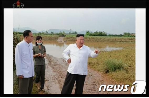 김정은 북한 국무위원장이 큰물(홍수) 피해를 입은 황해북도 은파군 대청리 일대를 찾았다고 7일 북한 매체들이 보도했다. (조선중앙TV 갈무리)