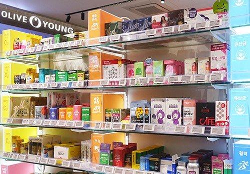 올리브영 매장에 진열된 건강기능식품 모습/사진=올리브영