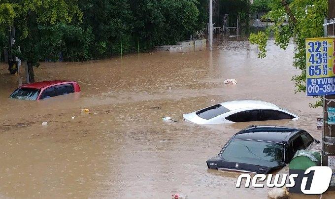 7일 오후 광주지역에 200mm 안팎의 폭우가 쏟아지면서 북구 문흥동의 한 도로가 침수돼 차량들이 물에 잠겨있다.(광주북구청 제공)2020.8.7/뉴스1 © News1 한산 기자