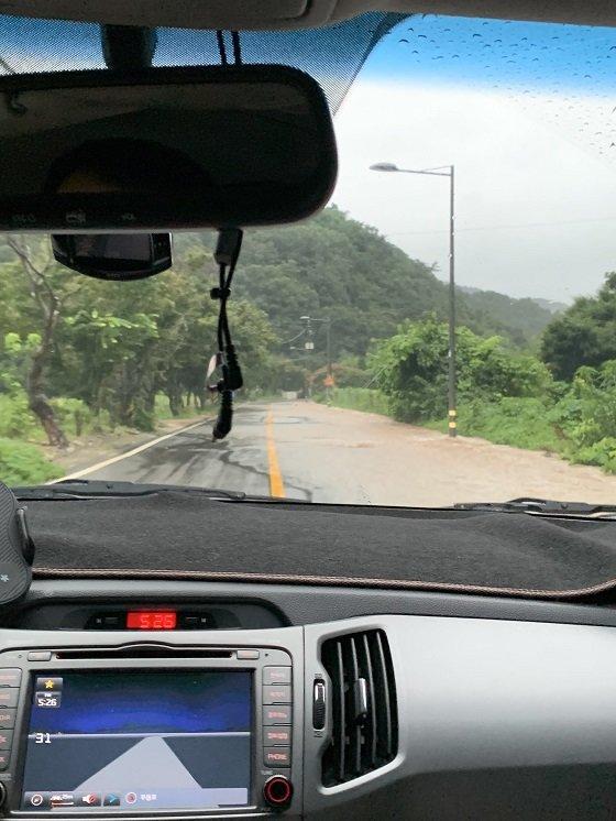 도로에 물이 차오른 전남 담양군 지곡리 모습/사진=박경담 기자