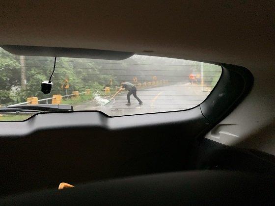 전남 담양군 도로에서 공무원이 도로 복구 작업을 하고 있는 모습/사진=박경담 기자