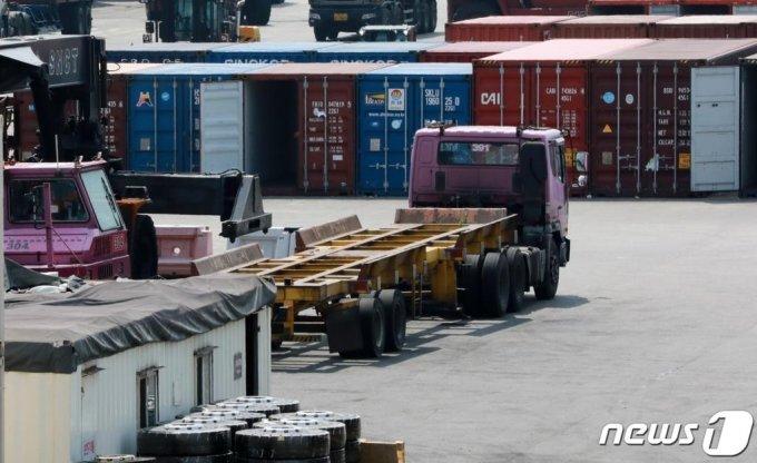 지난달 21일 인천 연수구 인천신항에서 컨테이너 선적 작업이 진행되고 있는 가운데 차량 운전자가 빈 차량을 점검하고 있다. /사진=뉴스1