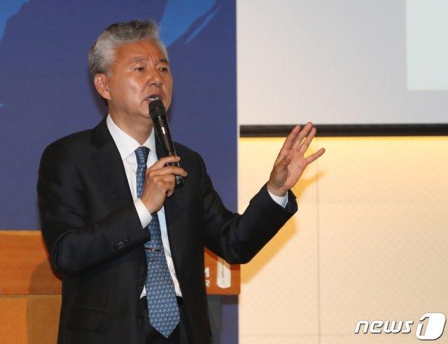 홍성국 더불어민주당 의원이 지난 4월27일 서울  중구 페럼타워에서 열린 '제1회 WEA 컨퍼런스 : 팬데믹과 동아시아'에서 '동아시아 경제, 위기인가? 재편인가?'를 주제로 발표했다. / 사진제공=뉴스1