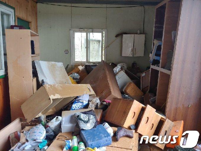 폭우가 그친 9일 오후 전남 구례군 광평마을 한 주택에 침수 피해를 입은 가구들이 널브러져 있다.2020.8.9/뉴스1 © News1
