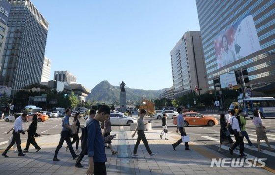 지난해 8월 14일 오전 서울 종로구 세종로사거리에서 바라본 서울 맑은 하늘 아래 직장인들이 출근을 서두르고 있다. / 사진제공=뉴시스<br />